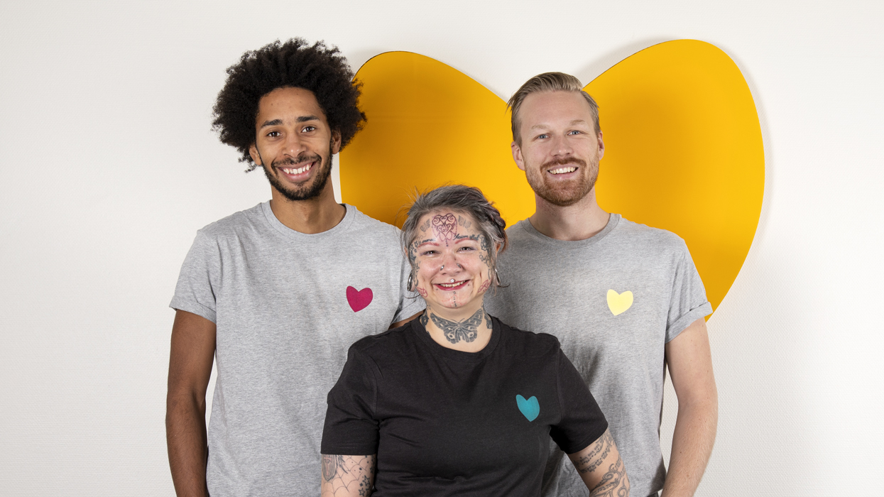 Friends utbildare porträtteras framför ett gult hjärta.