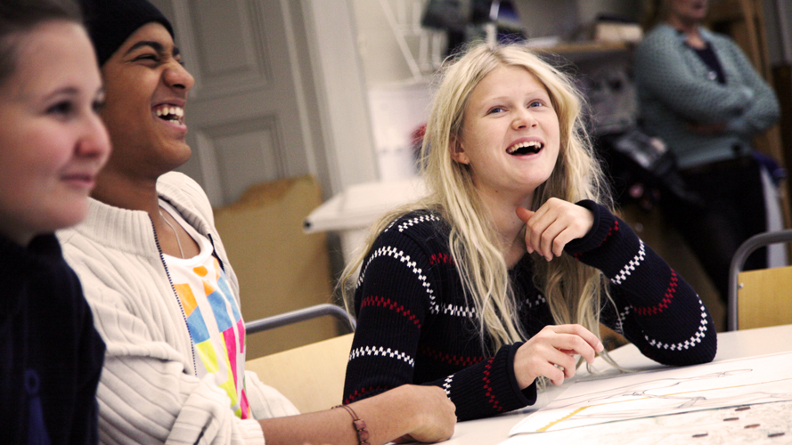 Elever skrattar i ett klassrum