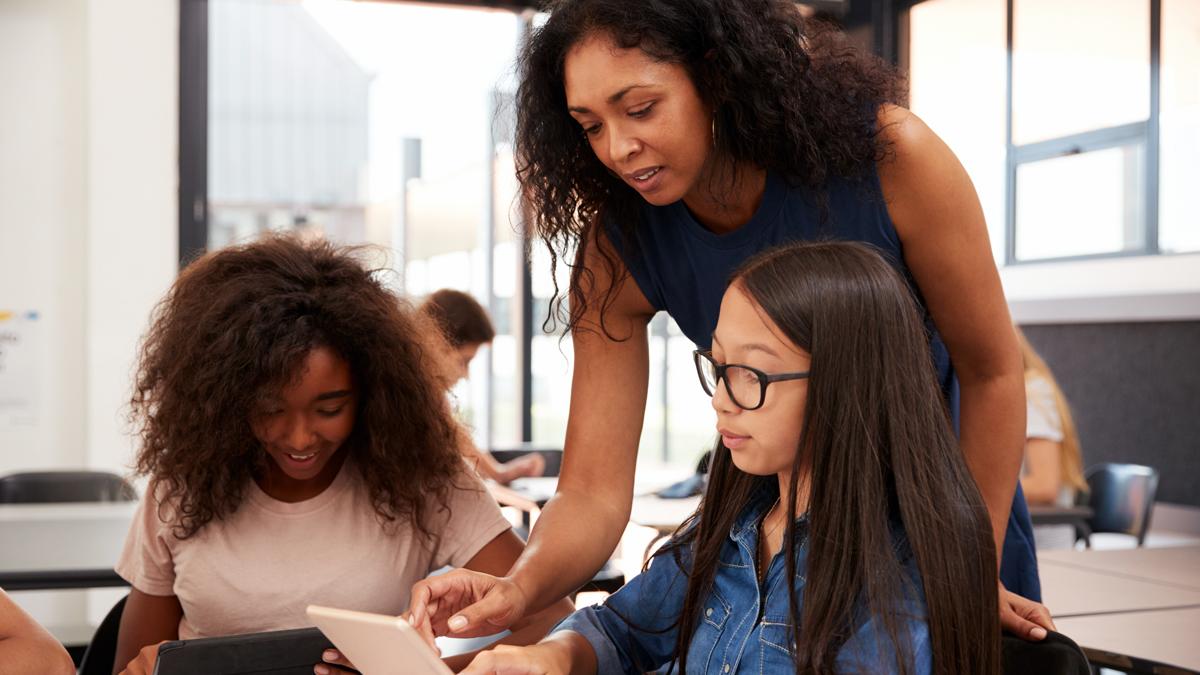 pedagog i skolan undervisar elever