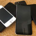ett antal mobiler ligger huller om buller på ett gult golv