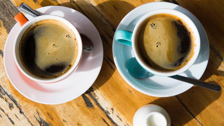 två kaffekoppar på ett bord