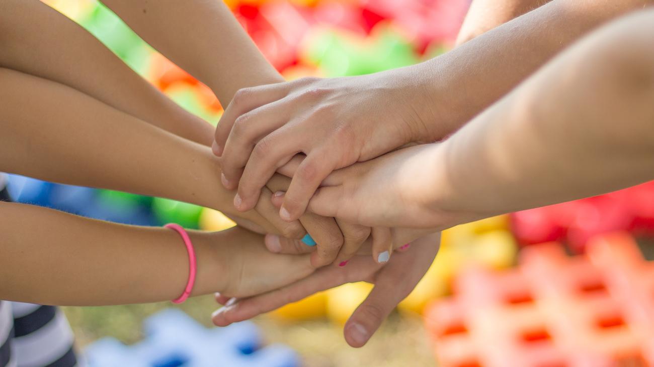 ett antal händer som ligger på varandra