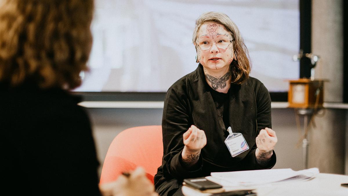 friends utbildare Helena Meyer i ett samtal med en kvinna.
