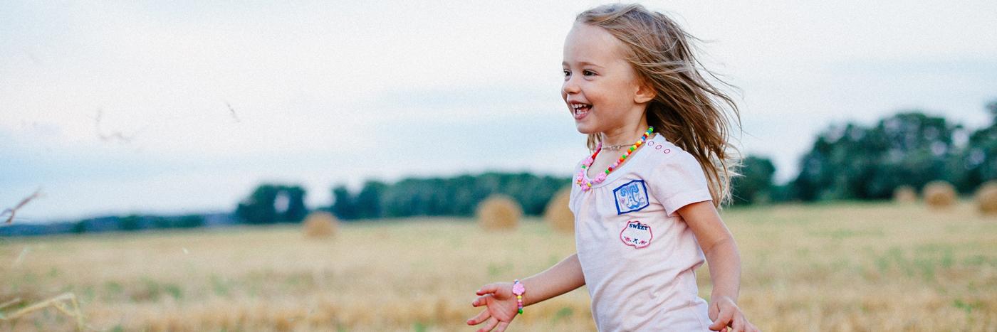 barn som springer på en sommaräng