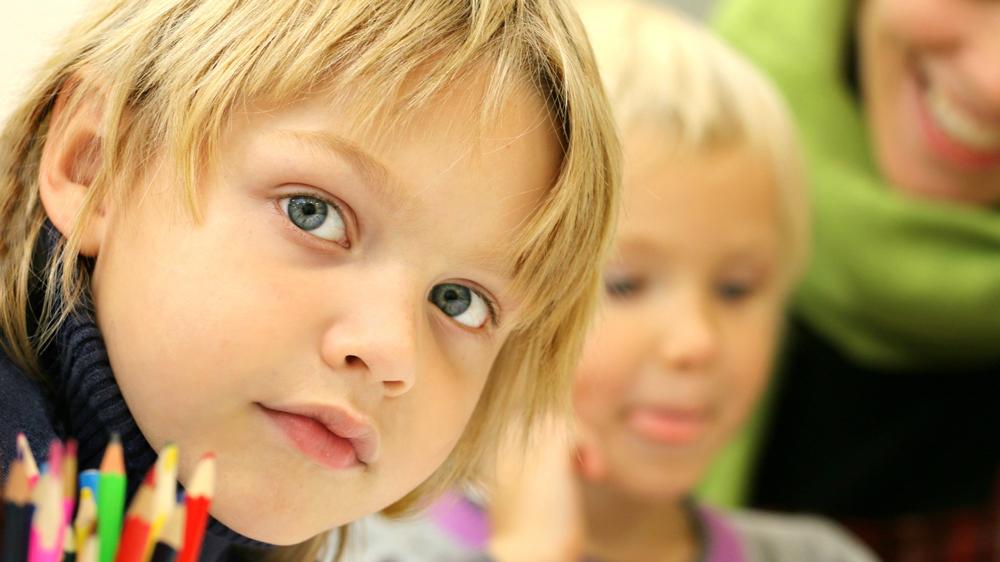 barn tillsammans i ett klassrum
