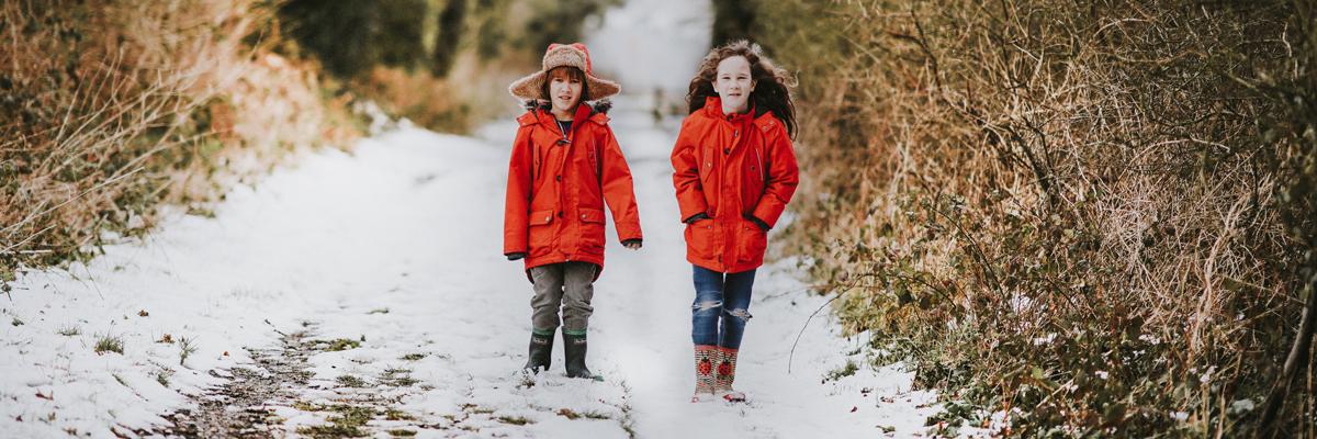 barn går i vinterlandskap