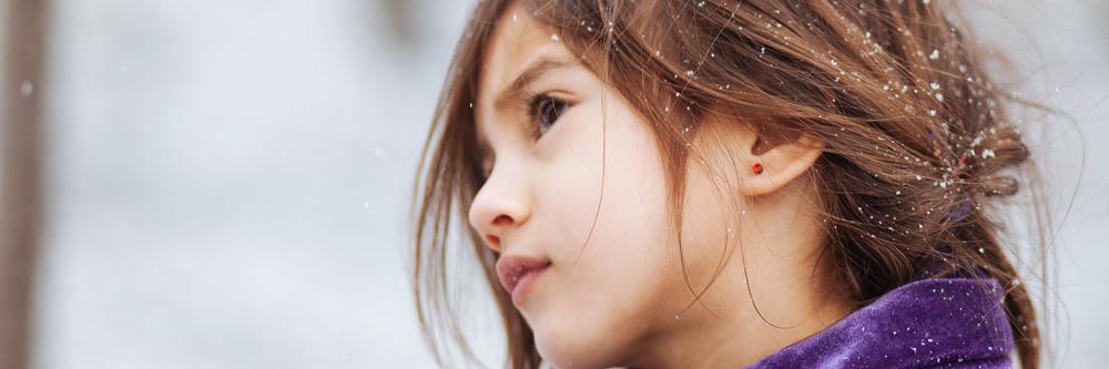en ung flicka i vinterlandskap