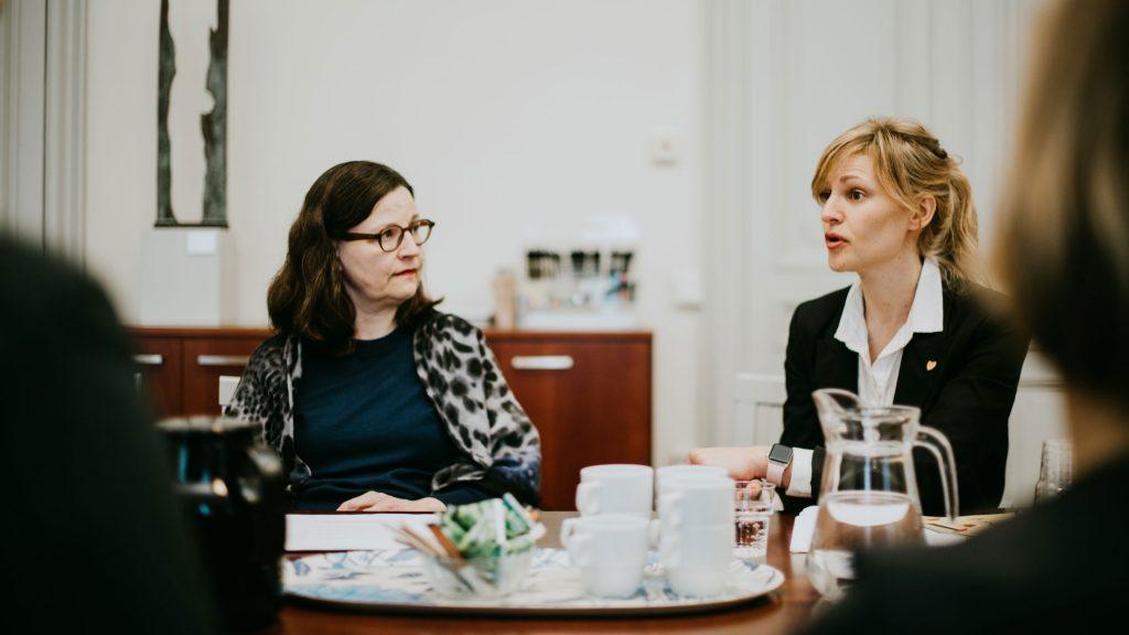 utbildningsminister anna ekström samtalar med generalsekreterare maja frankel