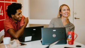 möte mellan två personer som båda sitter med datorer
