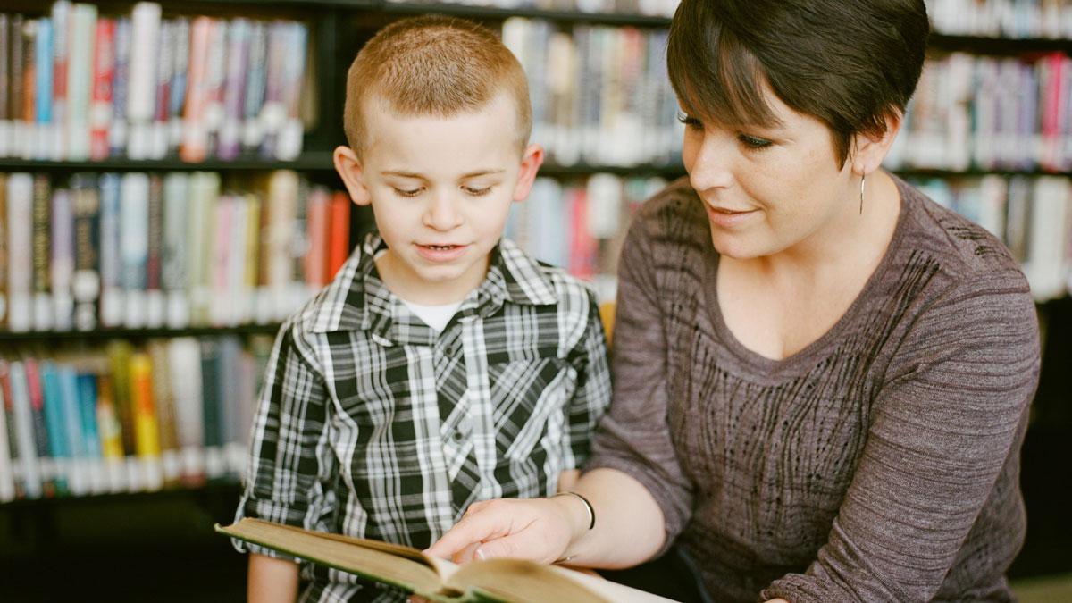 en lärare läser för ett barn