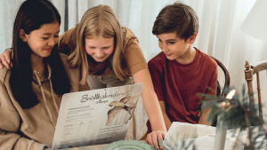Tre barn tittar på snällkalendern 2020