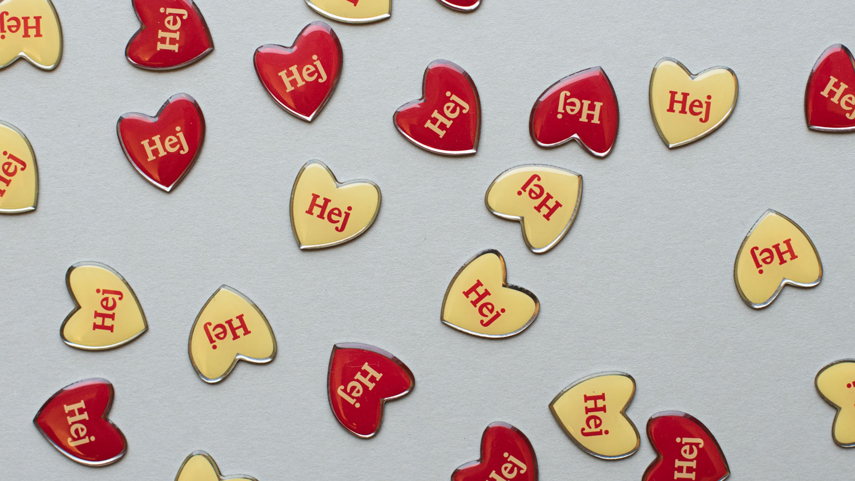 Bild på Friends Hej-pins i gult och rött