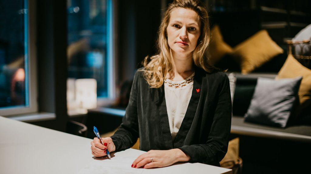 Generalsekreterare Maja Frankel undertecknar deklarationen för en stark demokrati.